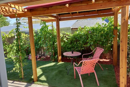 Napa Garden Suite: Grape Trellis