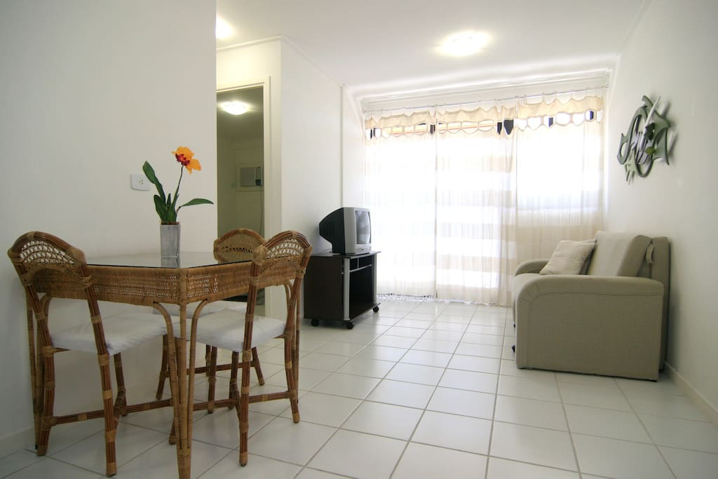 Sala espaçosa, com sofá-cama, TV e mesa