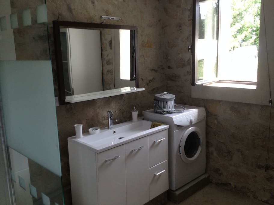 maison en pierre avec jacuzzi et climatisation houses for rent in vallon pont d 39 arc auvergne. Black Bedroom Furniture Sets. Home Design Ideas