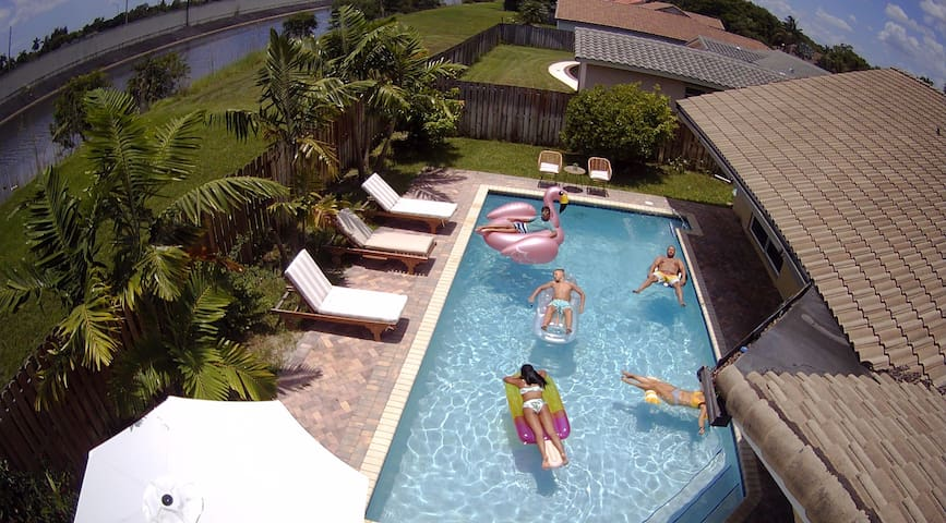 Beachy 4BR with heated pool in Ft Lauderdale area!