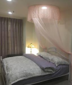 莉莉浪漫民宿~2人浪漫舒適房、獨立衛浴、近火車、BRT站、阿里山巴士站、夜市、背包客、情侶度假首選~