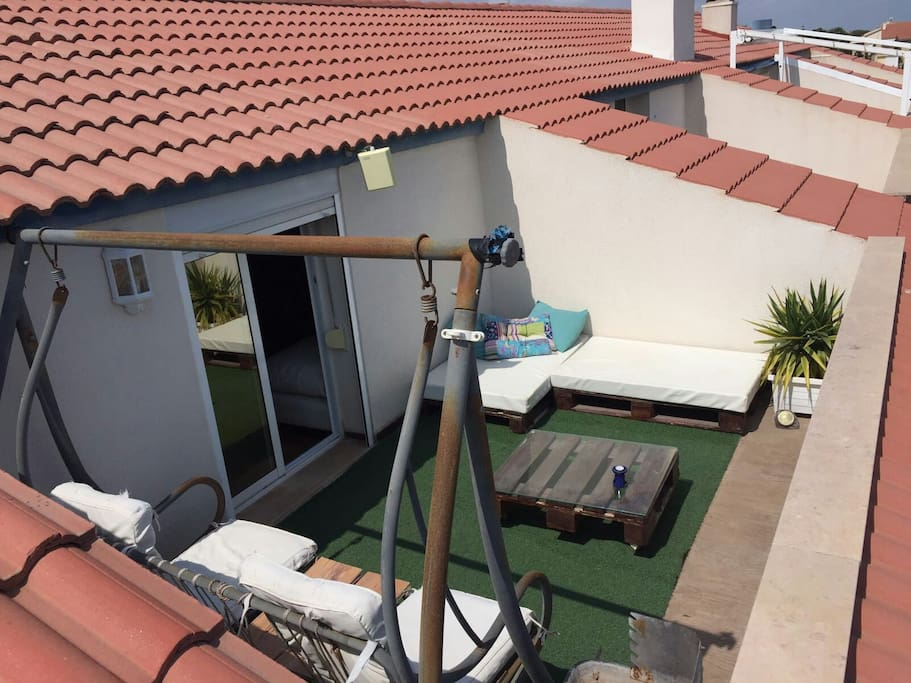 terraza planta superior con columpio y barbacoa
