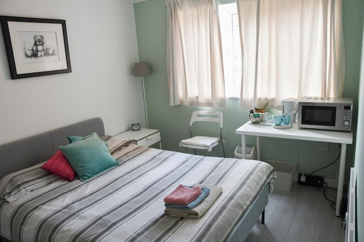 Cosy single bedroom for short stays