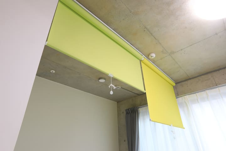 The bedroom area can be divided with a roll screen, so you can create a private space. 寝室エリアはロールスクリーンで分割が出来ちゃうからプライベート空間も作れます。