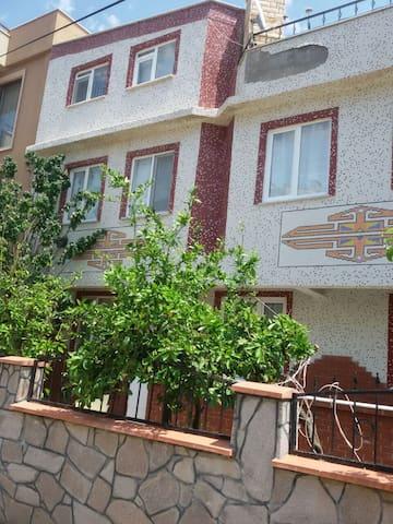 Müstakil iki buçuk katlı bahçeli evin giriş katı - Küçukkuyu - Apartament