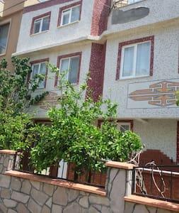 Müstakil iki buçuk katlı bahçeli evin giriş katı - Küçukkuyu - 아파트