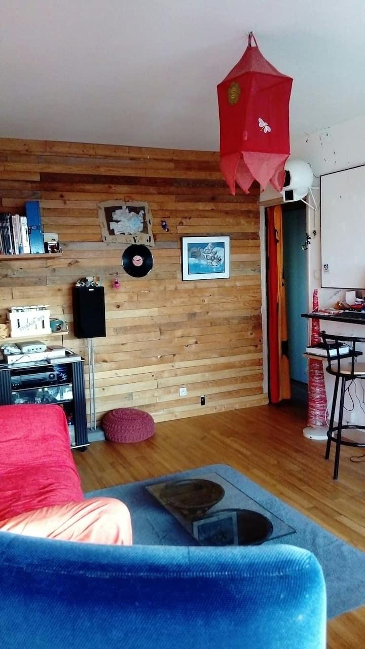 Chambre privative, dans un appartement chaleureux