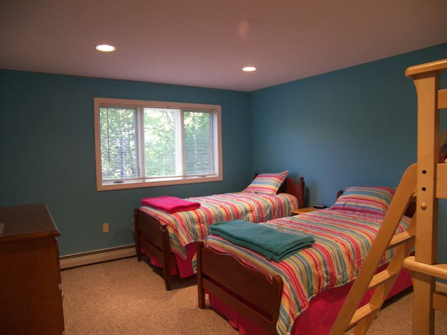 Bunk bedroom with 2 Twin Beds