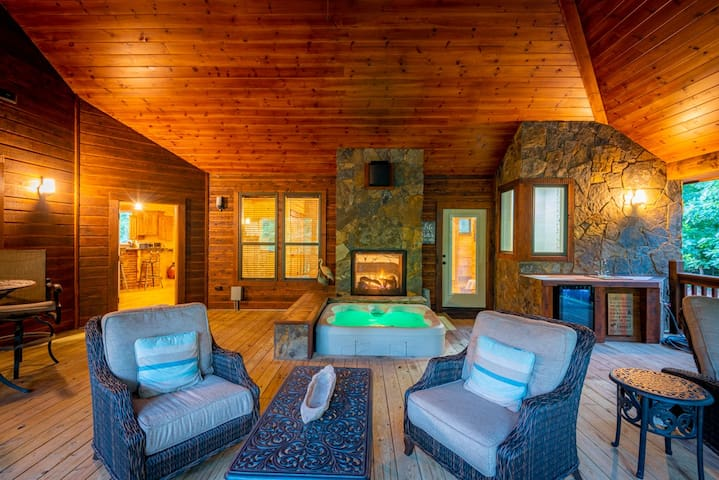 LUXURY HONEYMOON CABIN on the creek! Sunken Hot Tub w/double sided fire-place, Outdoor Wet Bar