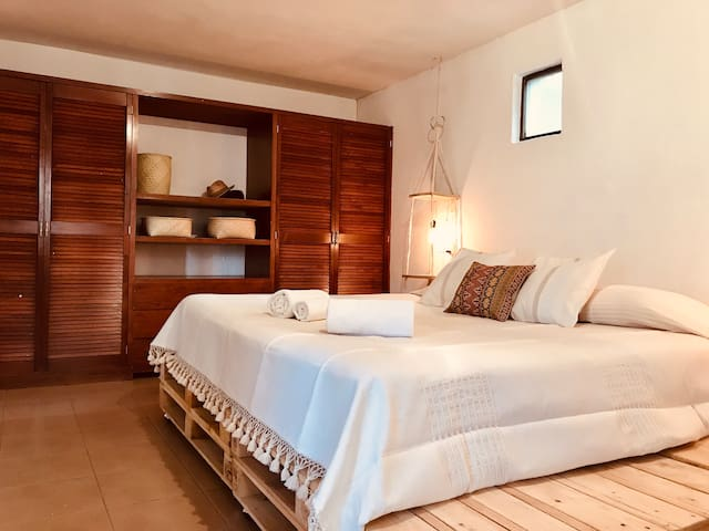 Cosy & calm room, private bathroom and parking