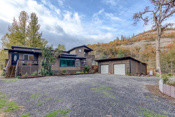 Country retreat w/ three separate homes & great Gorge access - dogs OK!