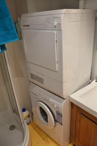 Badezimmer/WC - Waschmaschine und Wäschetrockner
