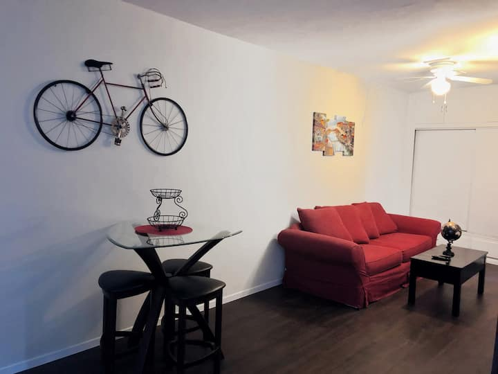 STAY IN HEART OF HERMOSA! 1/2 BLOCK FROM THE BEACH