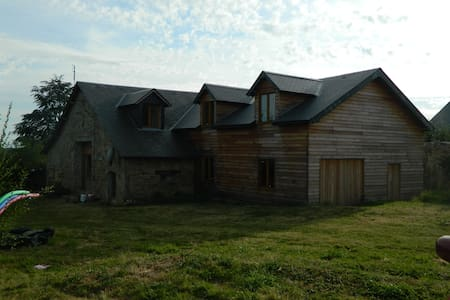 Basic family house in rural village - La Porcherie