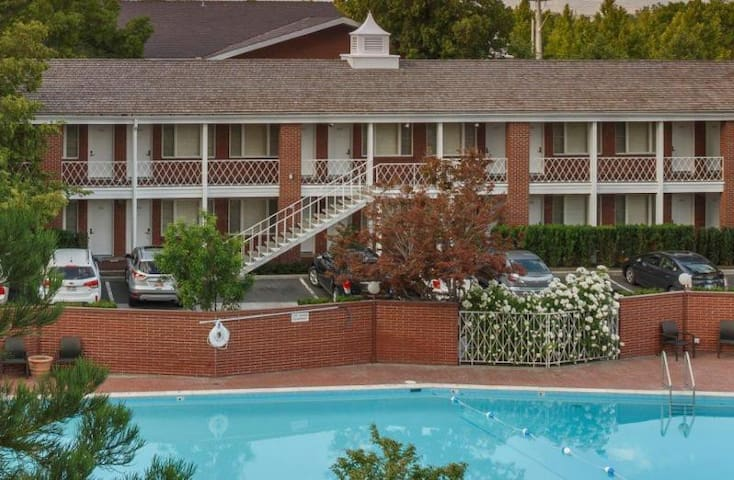 COMFY UNIT FOR 4, 2 POOLS, CLOSE TO ATTRACTIONS