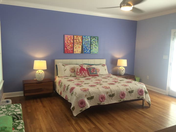Colorful & Cozy Hundred Oaks Park Bungalow