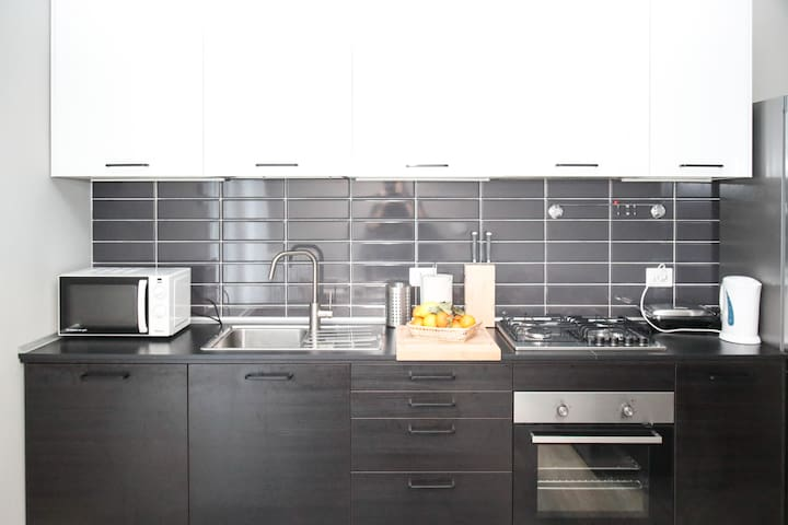 Fully Equipped Kitchen: cleaning products, kitchen utensils, coffee machine,  washing machine, microwave.     Cucina Completa: prodotti per le pulizie, utensili da cucina, macchina da caffè, piano cottura, forno a microonde.