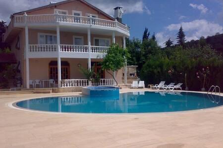 Gebze bölgesinde manzaralı, havuzlu bir ev