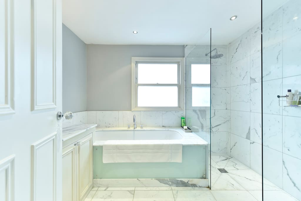 The exquisite bathroom is very large, with bathtub and shower cubicle, basin and WC.