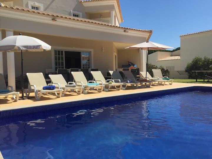 Spacious 4 Bed. Villa with Pool - Near Aquashow