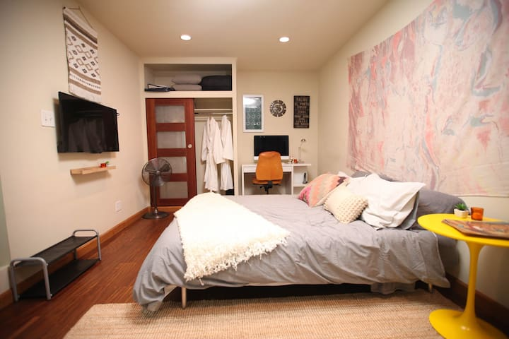 Silver Lake Guest Room W/PRIVATE ENTRANCE & BATH - Los Angeles - House