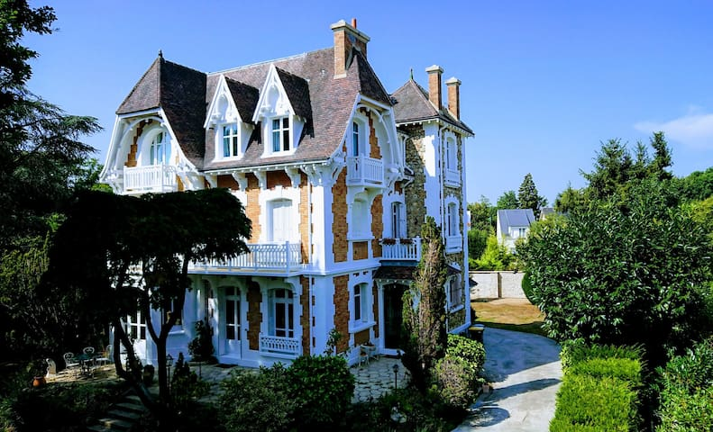 Cyrille's Guidebook - Villa at La Celle Saint Cloud