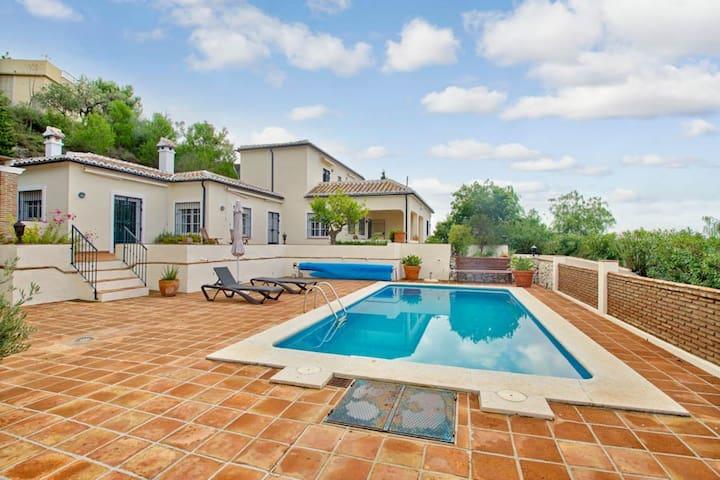 Stor villa med pool og udsigt til bjerge og hav