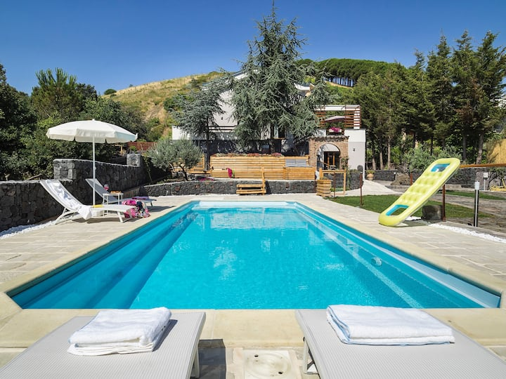 4 seasons luxury in Nicolosi with private pool