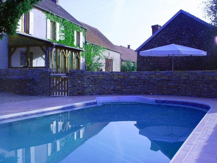 Beautiful country house with heated pool sleeps 12