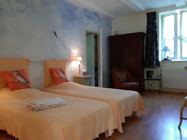 Chambre évasion, avec salle de bain privée, possible de rajouter 2 lits supplémentaires, 25 € par personne, petit déjeuner compris, servi en terrasse, ou dans le salon.