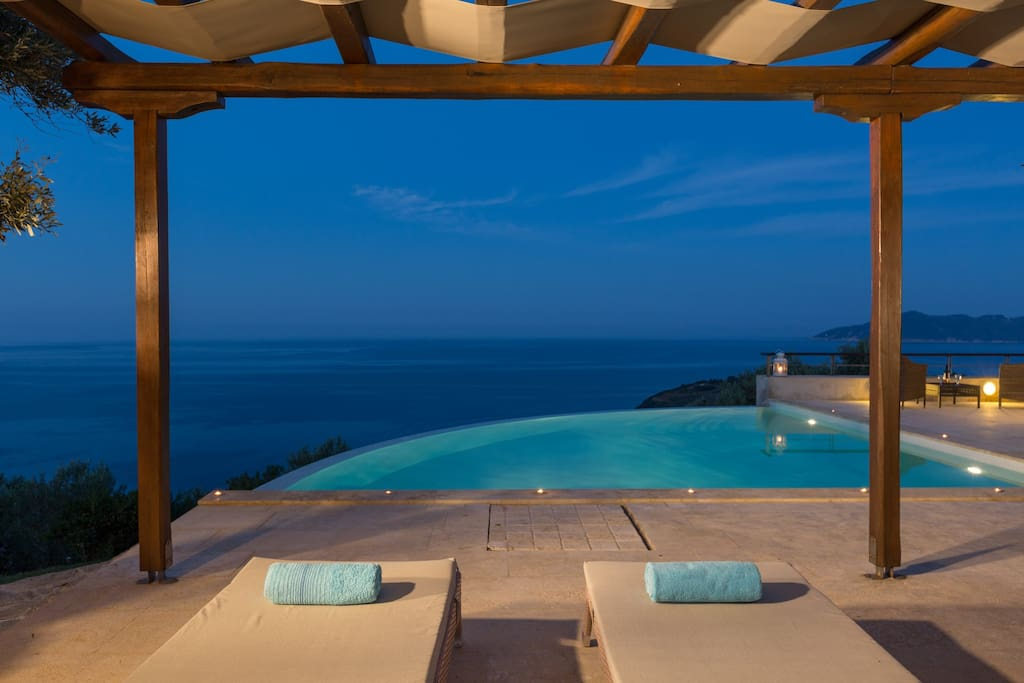 Infinity pool - sunbeds