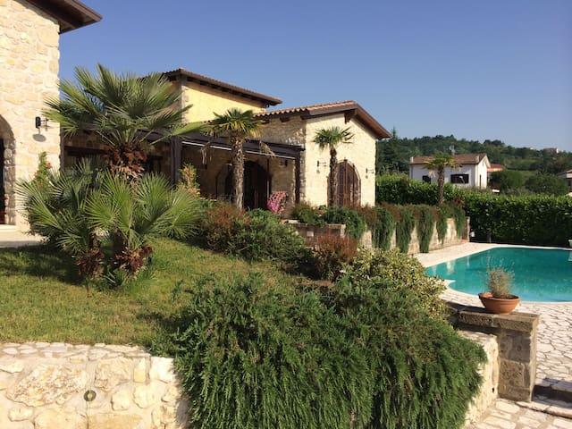 Casale in pietra, nel verde. - Castel Campagnano - Huvila
