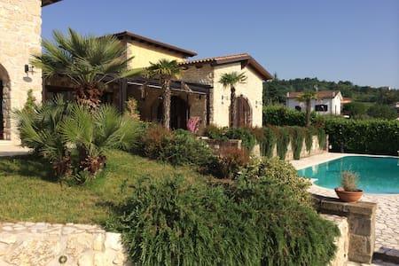 Casale in pietra, nel verde. - Castel Campagnano - วิลล่า