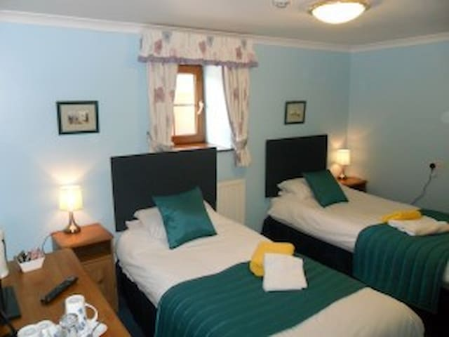 Twin room Stag Coachhouse - Carmel - Bed & Breakfast