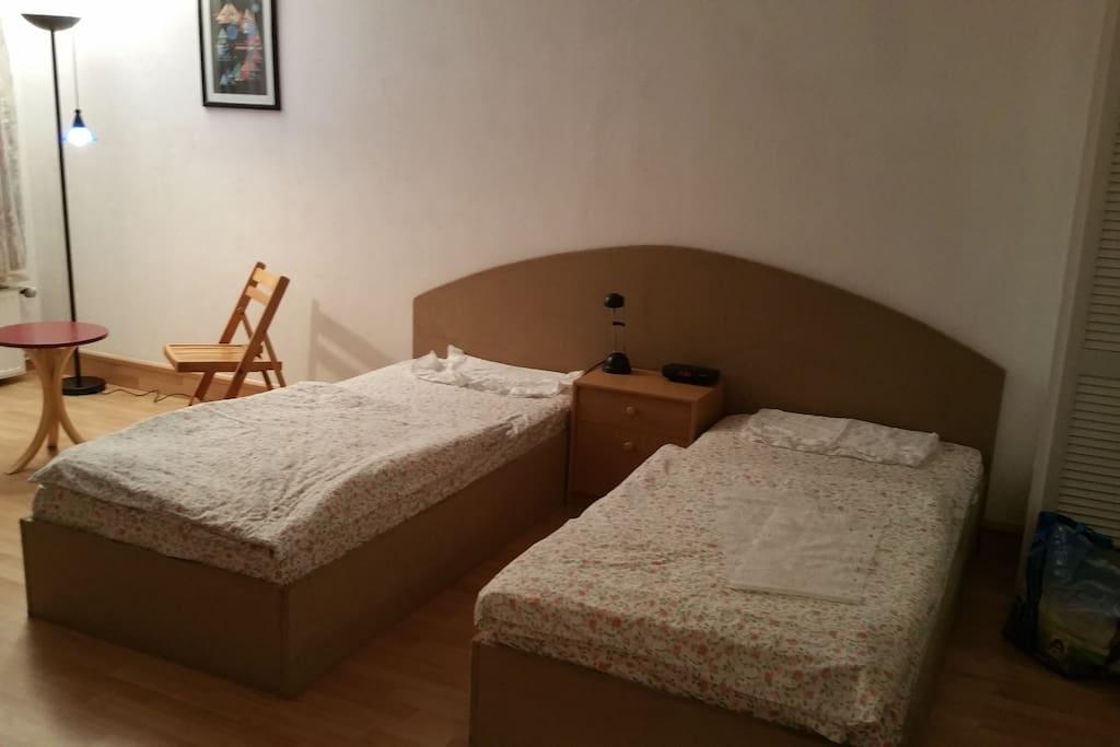 Twinbetten im Zimmer