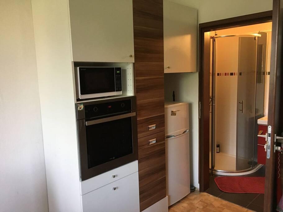 Kuchyně a vstup do koupelny