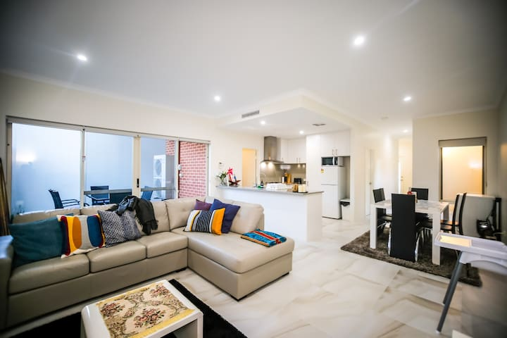 VIP Stays - Villa De Burswood Luxury 3BR Suite w/ King Bed FREE WIFI