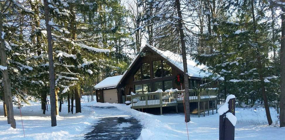 Rustic romantic getaway across from KB Ski Resort.