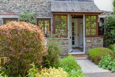 Sandpiper, stunning cottage in popular Salcombe