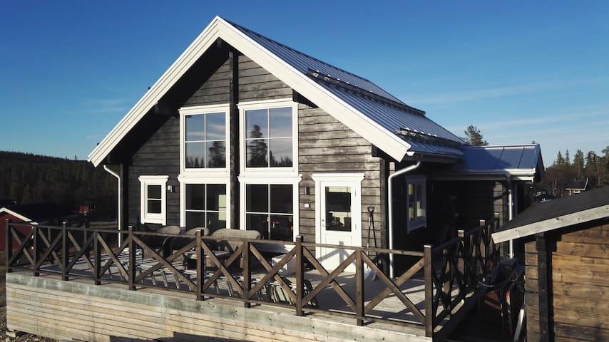 Mysig nybyggt timmerhus i Vargen