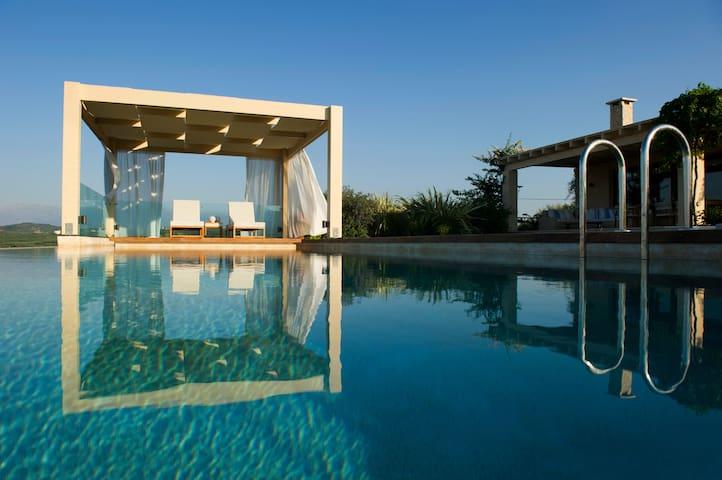 Villa with unassuming luxury-heated infinity pool