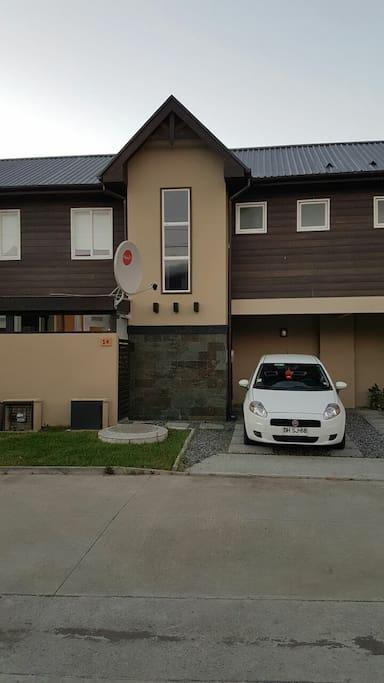 Estacionamiento de la casa y de visitas.