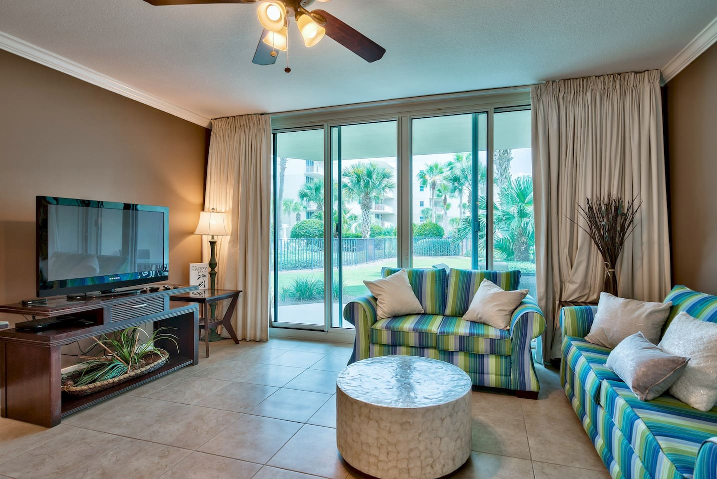 Walk out to many pools and to the beach from this Waterscape walk-out unit.