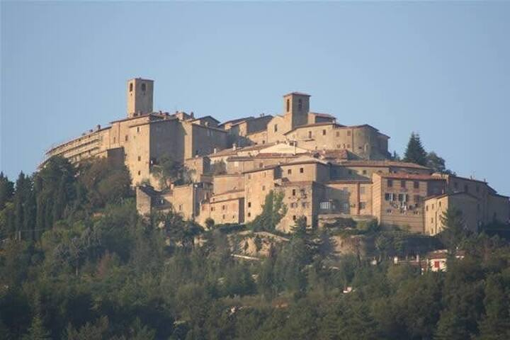 Romantic mountaintop Italian love nest