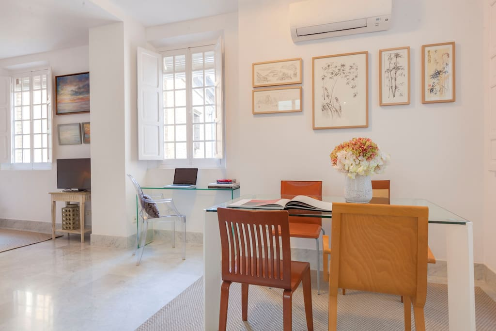 Its excellent location makes this apartment ideal for those looking to enjoy the famous neighbourhood of Santa Cruz and easily discover the rest of the Andalusian capital.