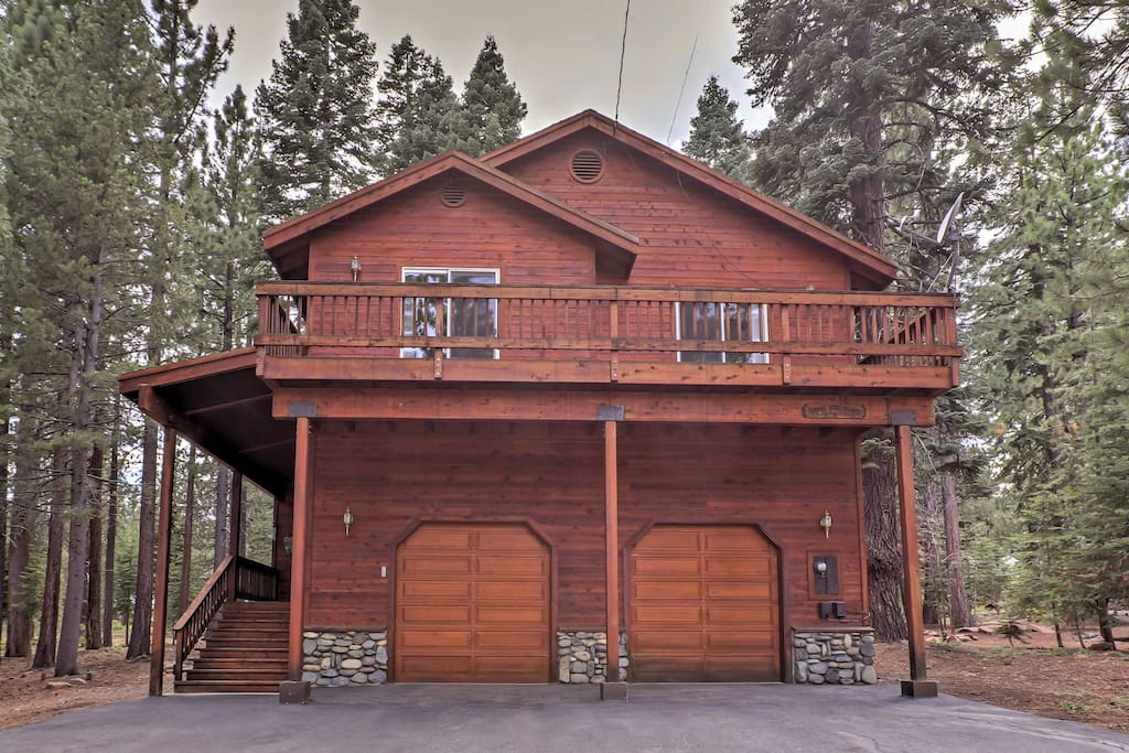 Escape to the California woodlands at this 4-bed Truckee vacation rental!