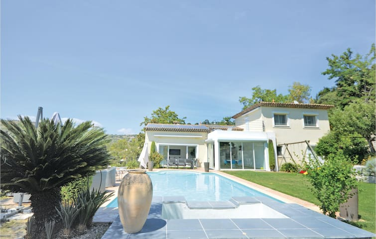 Holiday cottage with 4 bedrooms on 230m² in Biot