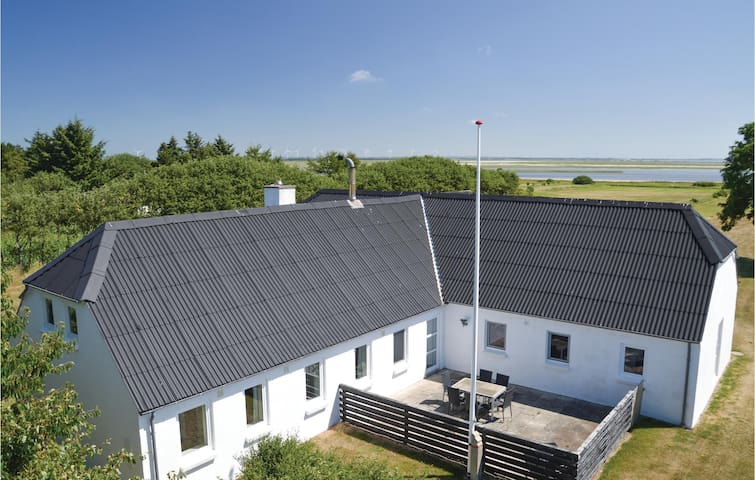 Holiday cottage with 6 bedrooms on 190m² in Vesløs
