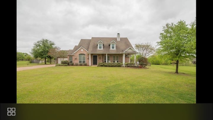 Beautiful 4/4 home 5 miles from Texas A&M.