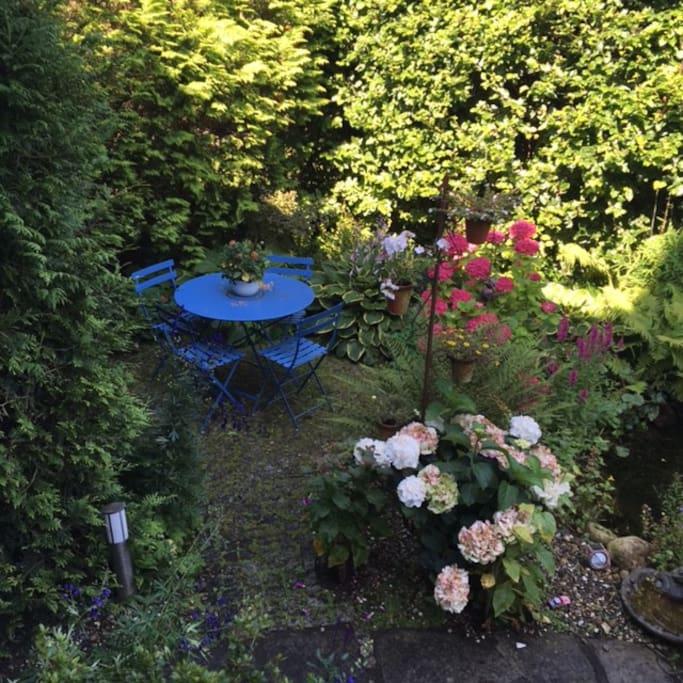 Blaue Stunde im Garten zum Tee oder Rauchen